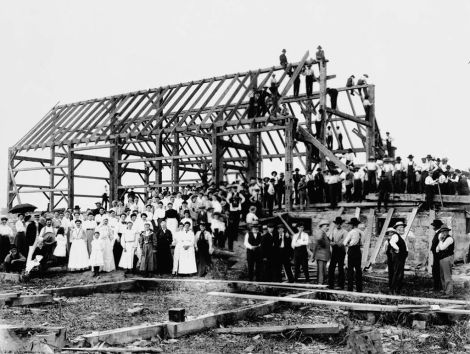 Barn_raising_in_Lansing